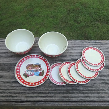 1960s Vintage 8 Piece Set of Raggedy Ann & Andy Tin Dishes, 1 Small Plate, 5 Tiny Saucers, and 2 Cups, Red and Blue Paint, Vintage Toys