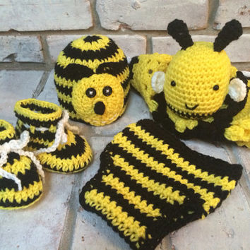 Bee baby blanket, bee baby gift, bee hat, bee booties, bee afghan. Bee diaper cover