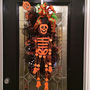 Halloween Wreath, Halloween Door Hanger, Halloween Swag with Skeleton