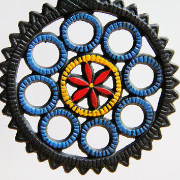 Mid Century Cast Iron Trivet With Flower Motif and Scalloped Edges / Ready to Hang as Wall Art / Vintage Industrial Kitchen Decor