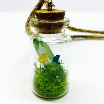 Green Crystal Miniature Terrarium Necklace, Green Quartz Point, Glass Bottle Pendant, Baby Breath Flowers, Jute Cord, Terrarium Jewelry