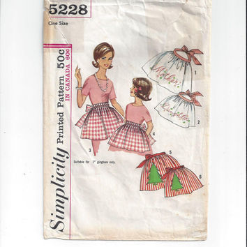 Simplicity 5228 Pattern for Mother Daughter Smoocked & Embroidered Aprons with Transfers, From 1963, Vintage Pattern, Home Sewing, Christmas