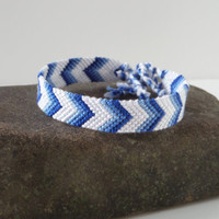 "chevron ombre friendship bracelet, unisex adult colorblocking macrame bracelet in blue and white ""Ombre"", 16 cm (6,3 inches)"
