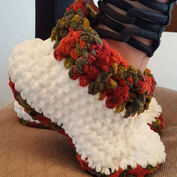 Crochet chunky soft slipper.  Made by Bead Gs on etsy. Average size large