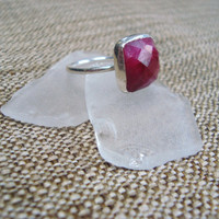 Vintage sterling silver ring with large fuschia stone, size 7.5