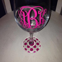 Monogrammed wine glass...complete with chevron bottom! Drink your wine in style Custom Stem Vine Monogram Circle Monogram Wine Glass