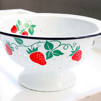Vintage Teleflora Enamel Colander Featuring A Strawberry Design / Kitchen Strainer / Retro Colander / White Enamel Colander