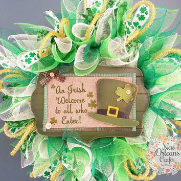 St Patricks Day Green and White Deco Mesh Sunburst Wreath with Wood Irish Welcome Sign