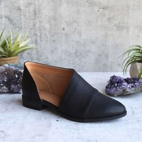 gigi - vegan pointed toe flat - black