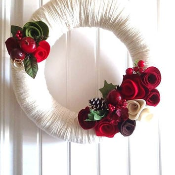 Classic Christmas Yarn Wreath w/ Red Felt Roses, Berry Wreath, Winter Wedding Wreath, Christmas Decoration