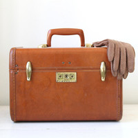 vintage 1940s train case. Samsonite Streamlite in Caramel Brown. Back to school / eveteam fall accessories / the PENN STATION STEAK case