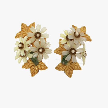 Vintage 50s Large Flower Cluster Earrings / 1950s Multi-Dimensional Plastic Clip-Ons