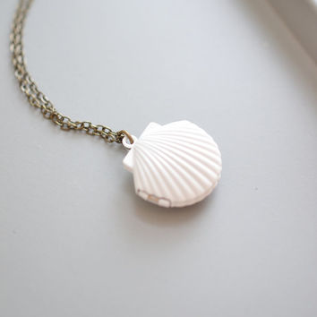 Mermaid Shell Locket Necklace,Sea Shell Locket, White Shell Locket Necklace,Ocean Necklace,Beach Wedding,White Seashell Locket Jewelry