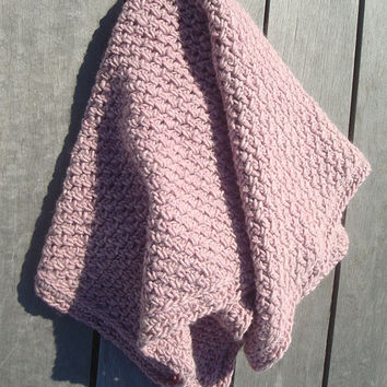 Crochet baby throw blanket made of chunky dusky pink wool. Perfect for a (premature) baby. Handmade by SNOOZE.