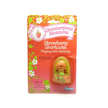 Strawberry Shortcake Playing with Custard MOC Vintage PVC Mini Figure Strawberryland Miniatures in Original Package