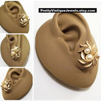 Avon Double Pearl Leaf Clip On Earrings Gold Tone Vintage 1971 Evening Creation Brushed Fine Line Leaves Curved Raised Stems