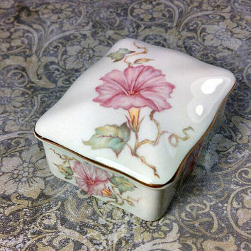 Royal Worcester Spode Palissy England trinket box. Floral pattern with gold rim, in very very good condition.