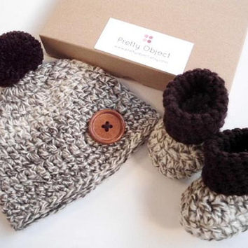 Crochet baby gift set New baby gift Newborn hat and shoes set Baby shower gift New baby photo prop Pom pom baby shoes Baby bobble hat