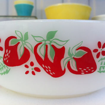 Agee Pyrex Strawberry casserole!! Rare, Australian Pyrex, lidded oven dish/ bowl with adorable strawberry pattern! ReTrO KiTcHeN!