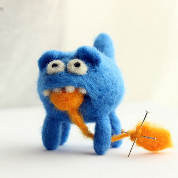 Cute kitty helps you with knitting - needle felted bad cat