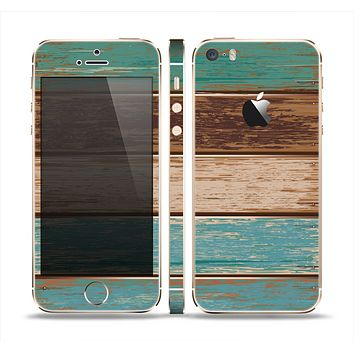 The Wooden Planks with Chipped Green and Brown Paint Skin Set for the Apple iPhone 5s