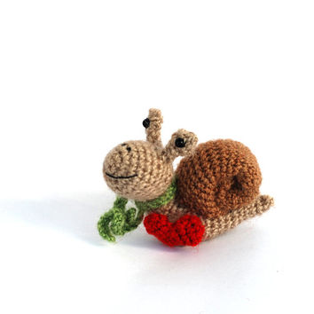 miniature snail, crochet little snail, tiny amigurumi snail, little woodland animal, pocket doll, gift for children