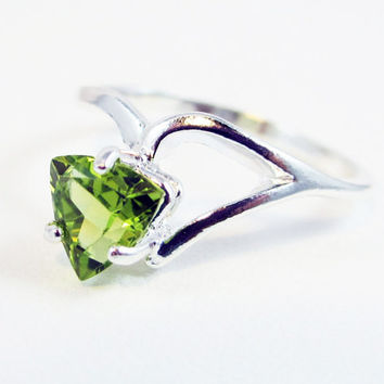 Peridot Trillion Ring Sterling Silver, August Birthstone Ring, Trillion Shaped Peridot Ring, Peridot Trillion Gemstone Ring, 925 Ring