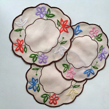 Round embroidered doilies, set of three, centerpieces with trimmed arched edges and fine embroidered flowers