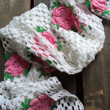 Vintage Crochet Table Runner Dresser scarf White Pink Roses Shabby Chic French Country Cottage Home Decor