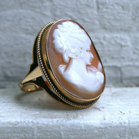 Vintage 9K Yellow Gold Shell Cameo Ring.