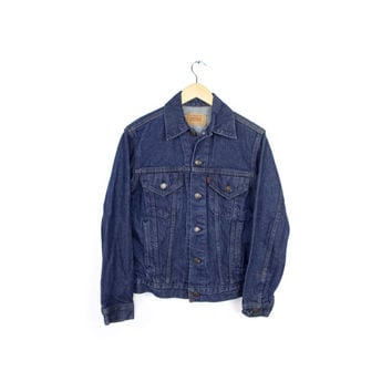 levis denim jacket / dark blue indigo trucker jacket / mens size 36 small - medium