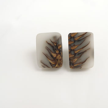 White Ecoresin and pinecone stud earrings