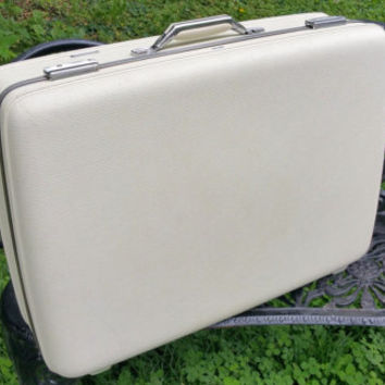 American Tourister Vintage White 26 inch Tri Taper Suitcase Satin Blue Lining Excellent Condition
