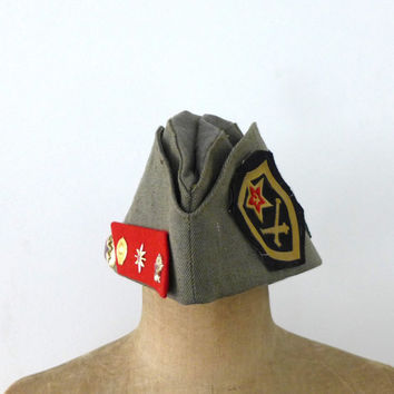 Vintage 1970s Russian pilotka army hat with military enamel and cloth badges