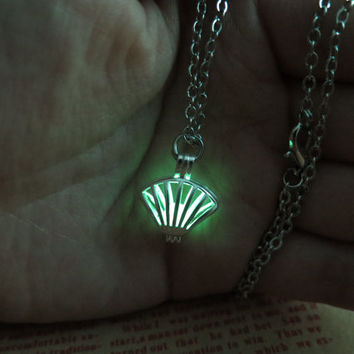 Green Luminous shell necklace, prom jewelry, party jewelry,Glow in the dark Green necklace,Glowing Pendant Necklace