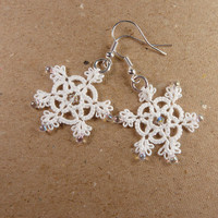 Winter wedding jewelry / Snowflakes earrings white lace
