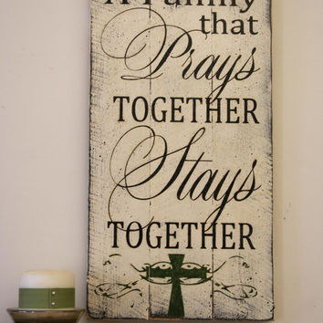 A Family That Prays Together Stays Together Wood Pallet Sign Mothers Day Gift Housewarming Gift Distressed Wood Sign Shabby Chic Home Decor