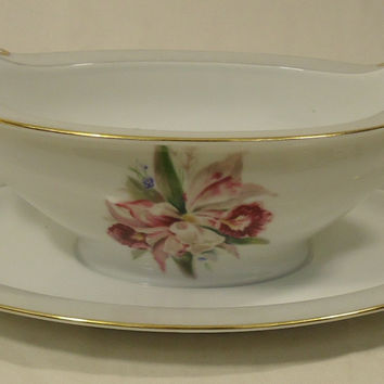 Noritake 5049 Vintage Gravy Boat Attached Saucer 9 1/2in x 6in x 3in China Gold Rim -- Used