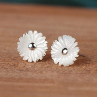 Exquisite small daisy flower earrings