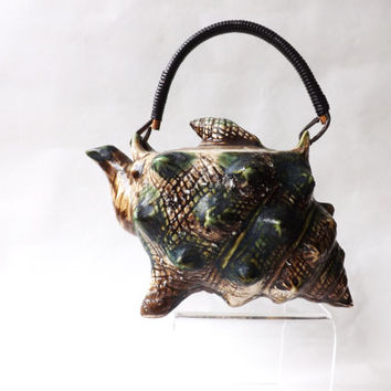 1950s Sea Shell Tea Pot / Japanese Sake Pot / Beach Home Decor / Beach Wedding / Novelty Kitsch Teapot / Majolica Style Conch Shell