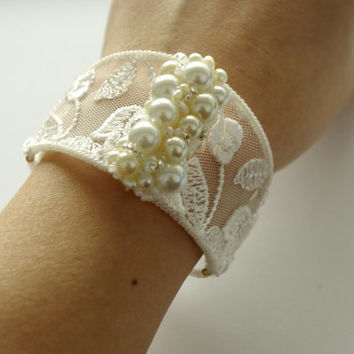 Ivory lace and pearls Bridal bracelet. Elegant Wedding Jewelry. Victorian Lacy jewelry. Lace cuff. Bridesmades accessories.