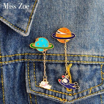 Trendy Miss Zoe Cartoon Saturn Planet Astronaut Sailing Rabbit Metal Brooch Pins Chain Button Pin Denim Jacket Pin Badge Gift Jewelry AT_94_13
