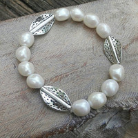 Pearl bracelet. Stretch pearl bracelet. Leaf bracelet. Beaded bracelet. Gift for her.