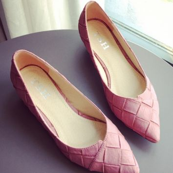 The new style of women's shoes with braided rib and light pointed toe and low heels and large heels