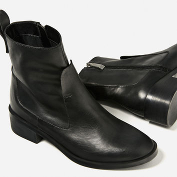 FLAT LEATHER ANKLE BOOTS DETAILS