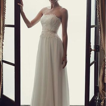 [136.99] Attractive Chiffon Strapless Neckline A-line Wedding Dresses With Lace Appliques - dressilyme.com