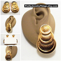 Avon Hammered Discs Pierced Post Stud Earrings Gold Tone Vintage 1989 Golden Shimmer Layered Round Graduated Rimmed Rings