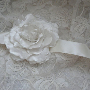 Ivory Flower Sash, Wedding Dress Sash Belt, Bridal Ivory Sash Belt, Floral Bridal Sash in Ivory, Bridal Flower Sash
