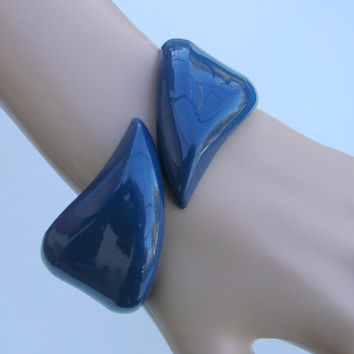 Chunky Lucite Navy Blue Clamper Cuff Bracelet / Vintage Jewelry / Jewellery