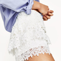 RUFFLED SHORTS WITH LACE TRIMDETAILS